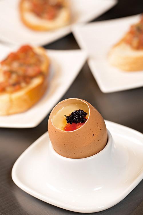 每顆蛋都擁有生產履歷的 「法式松露魚子蒸蛋」。