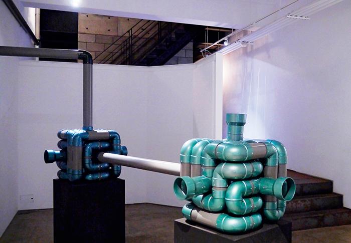 弔詭畫廊的作品與建築體都是主角,參觀者自行解讀。