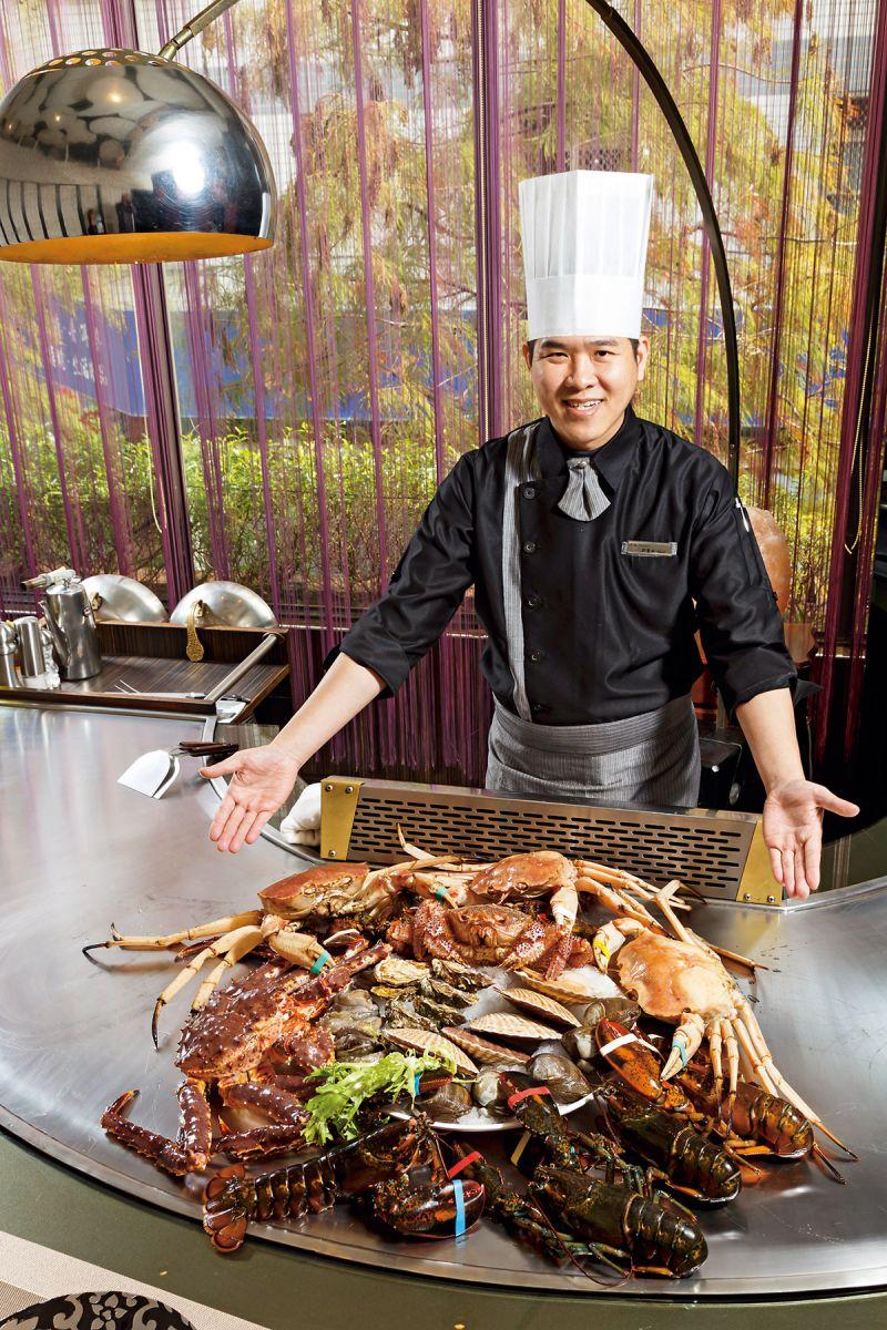 郭寶田師傅堆出帝王蟹、 松葉蟹、日本毛蟹疊疊 樂,儘可挑精撿肥。