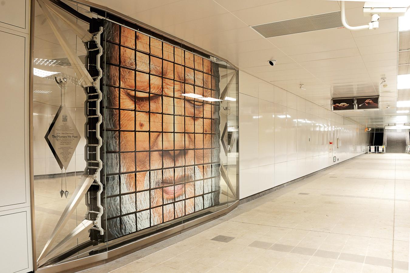 位於101站穿廊的公共藝術品 相遇時刻,吸引許多人駐足。