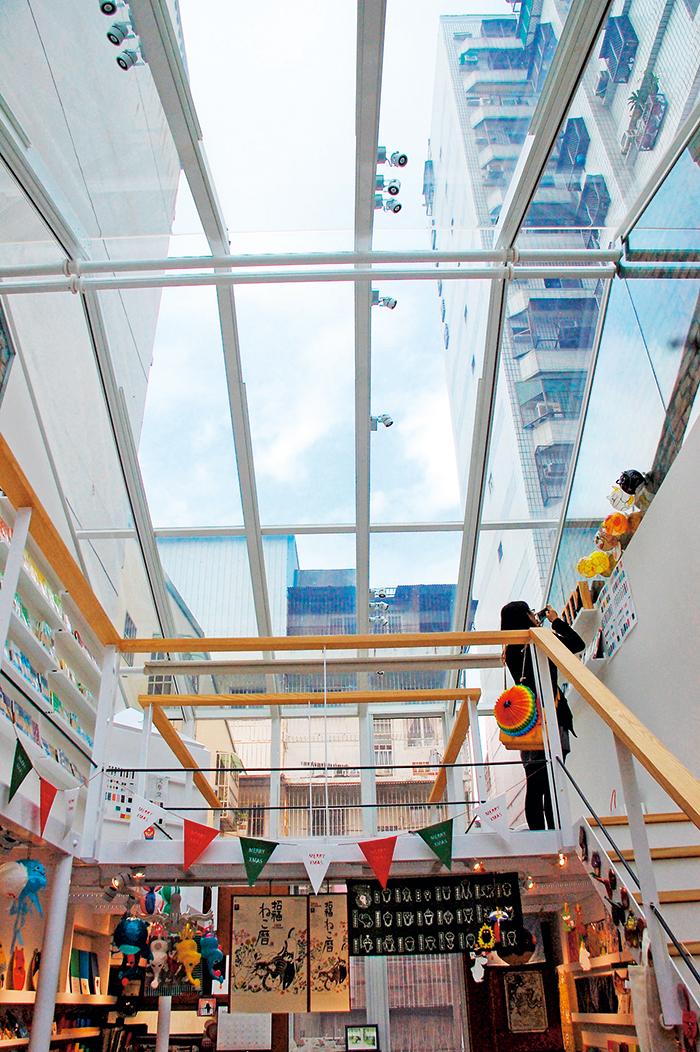 本東文具崛江分店,將屋頂改為 透光玻璃,視野無限上升。