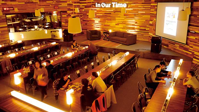 在電台食堂用餐,可以看見開放式的播音室。