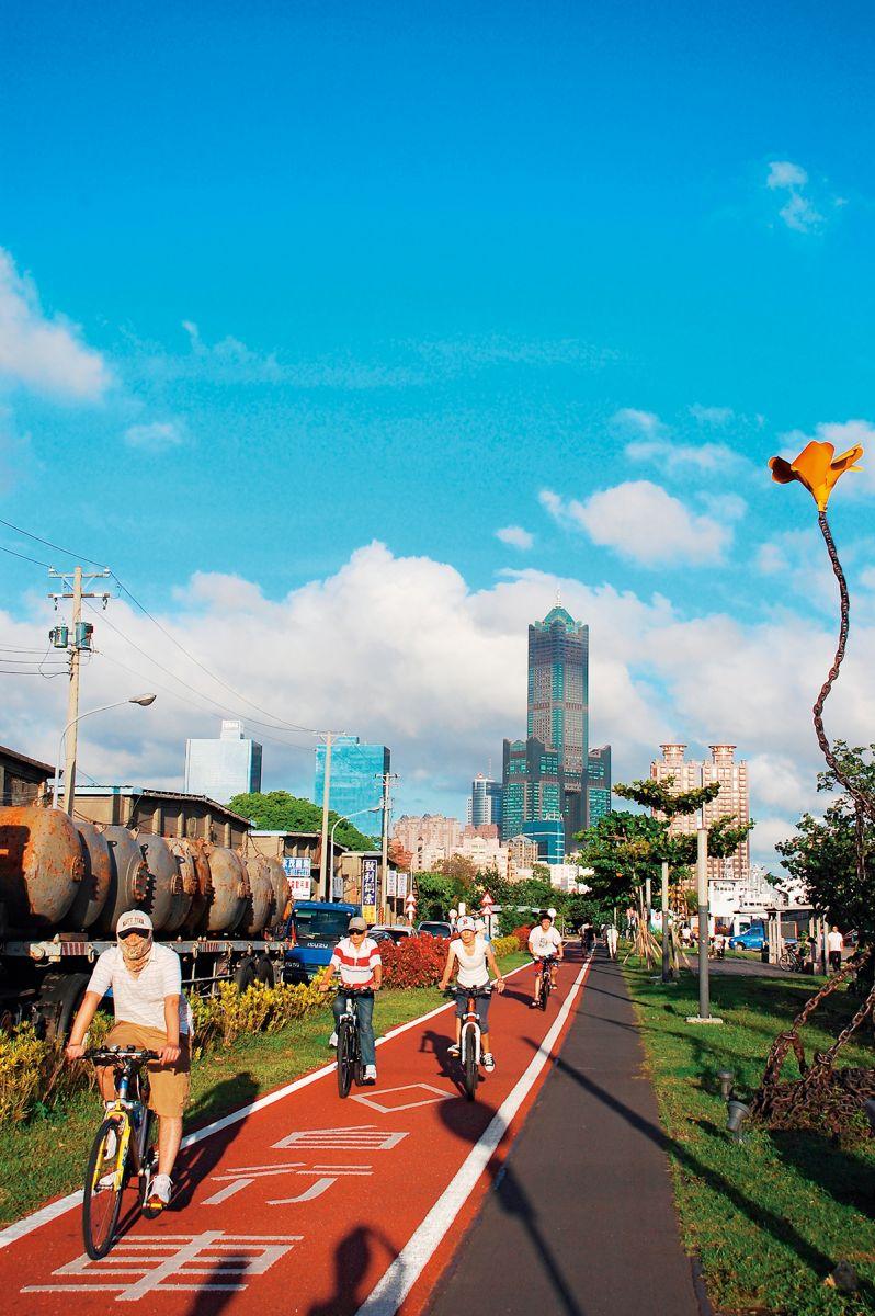 西臨港線單車道,是高雄熱門路線。