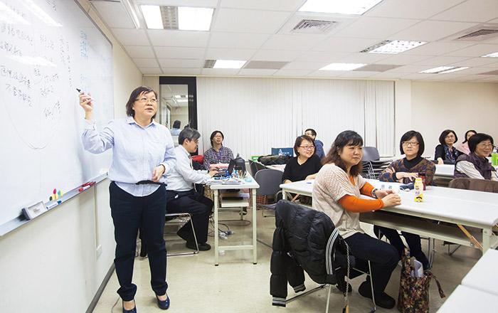 醫療溝通關懷員的訓練課 程,讓學員從互動中,學到專業的醫病溝通技巧。