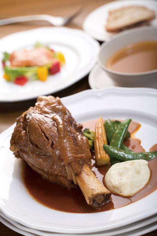 「里昂傳統燉小牛膝」偏向白肉口感,高湯燉煮兩天以上, 是軟嫩香口充滿膠質的美味料理。配菜馬鈴薯泥細緻如絲。