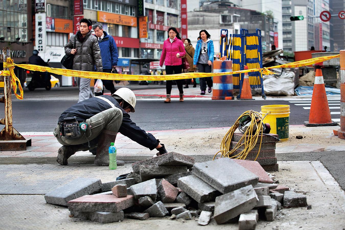 如何減少馬路修修補補的狀態,有賴政府加強管理,才能讓民眾對「路平」有感。