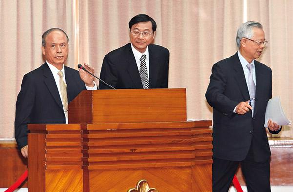 曾銘宗(右)談到證所稅,仍會考慮到財政部長張盛和(左)的立場。