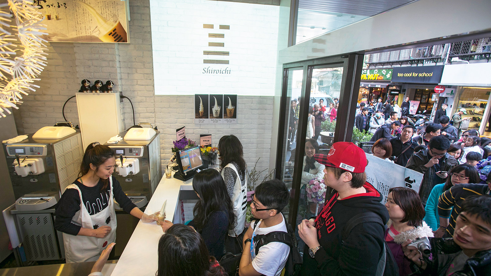 超商點燃了霜淇淋戰火,不少廠商看準商機引進日本品牌霜淇淋專門店,造成排隊熱潮。