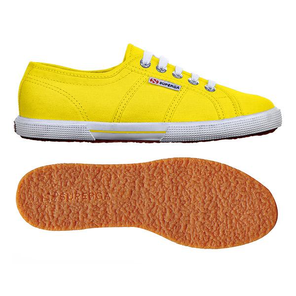 SUPERGA的鞋底橡膠部分 較薄,頗為輕量,不會太 硬,走路更為穩定。