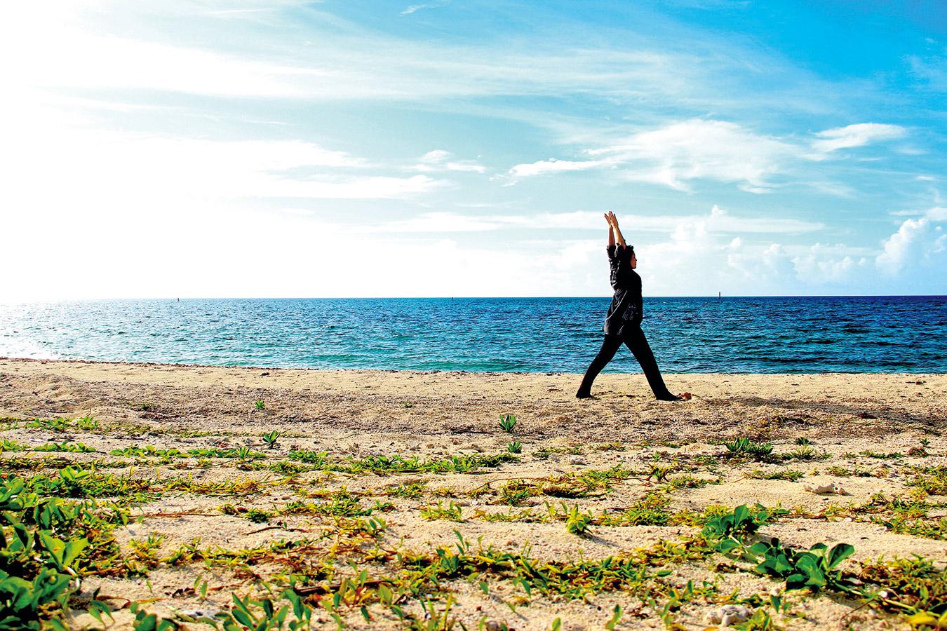 居住在度假村裡,令人興奮願意早起的活動是到 海邊沙灘上與天地自然合一的瑜伽課程。