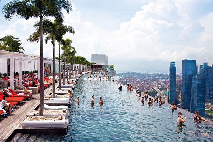 不只用賭場搶客人,新加坡政府與業者聯手,用盡噱頭搶世界第一,圖中被選為「最性感泳池」就是一例。