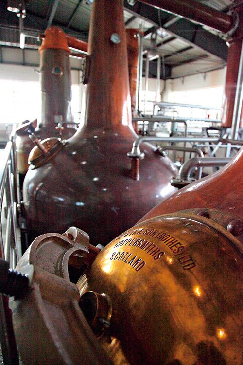 來自各地酒廠、不同規格的蒸餾器,一同 生產台灣奇蹟。