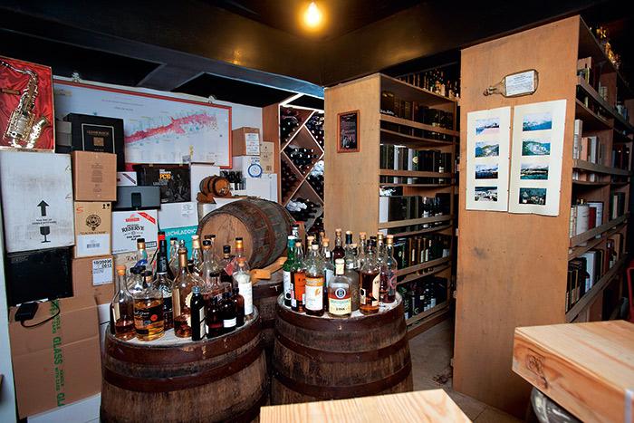 位於地下室的酒窖,酒藏琳琅滿目。