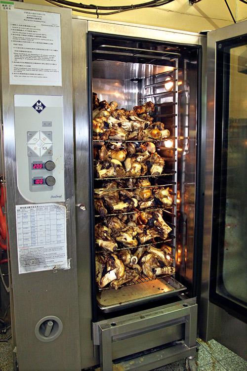 以烤箱200度烤上一個小時的牛大骨,是十味觀冷凍紅燒 牛肉麵香味濃郁的絕招。