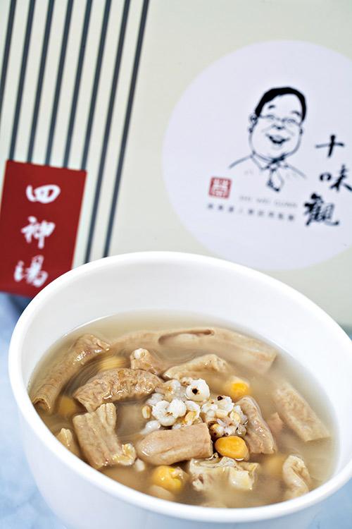 四神湯香郁料豐,以雪蓮子增加口感,並有燕麥、蕎麥 及當歸等食材。