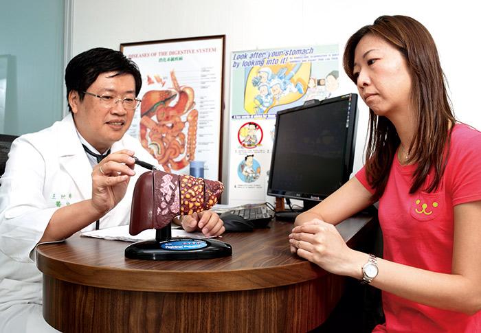好心肝門診中心院長王世晞(左),是許金川台大的學生,抱著回 饋的心情與許金川一起投身公益。