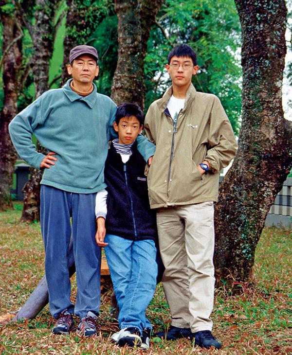 孫小牛(右)與孫小馬(中)彷彿父親孫大偉(左)的 兩種不同面貌,父子三人的神韻血濃於水。