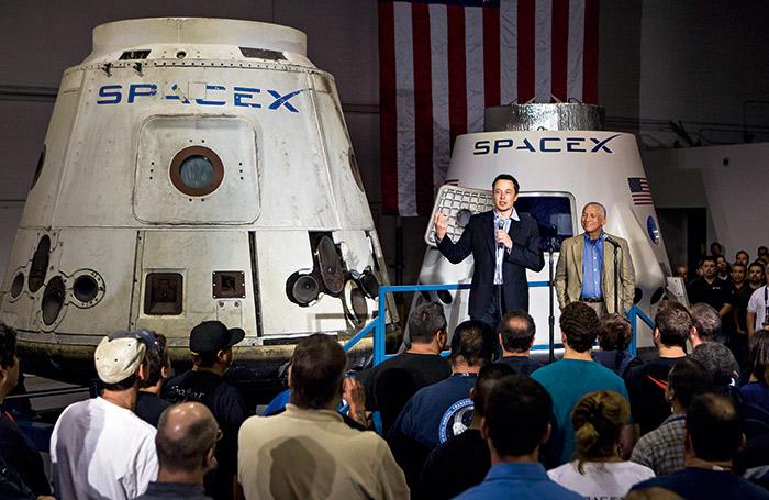 除了電動車,馬斯克也設計火箭,讓太空旅行更便宜。