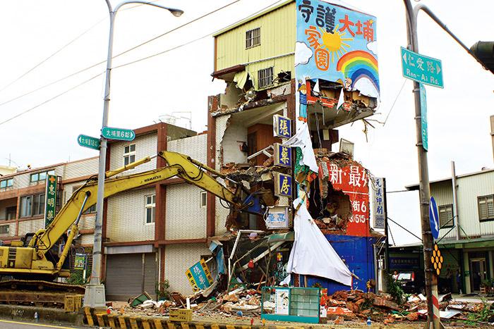 為強制徵收土地,苗栗縣府再次出動怪手拆除民宅。