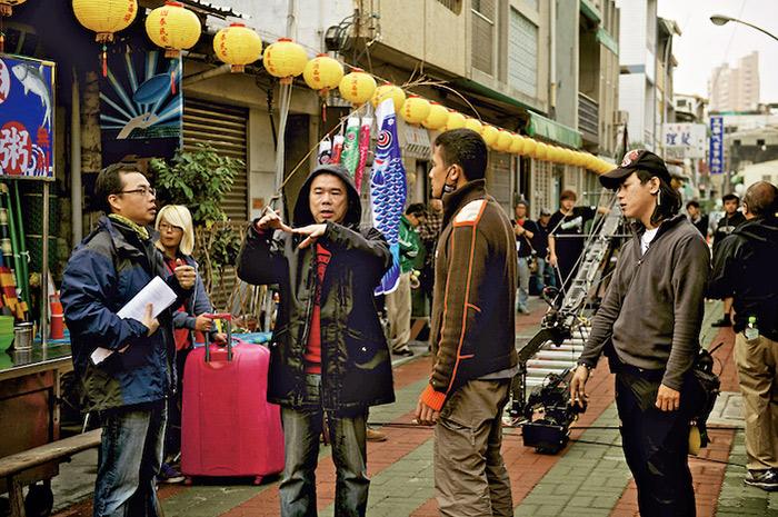 暌違16年,陳玉勳用最專注的態度,(上圖右, 下圖左三)帶著新作品《總舖師》重回大螢幕。