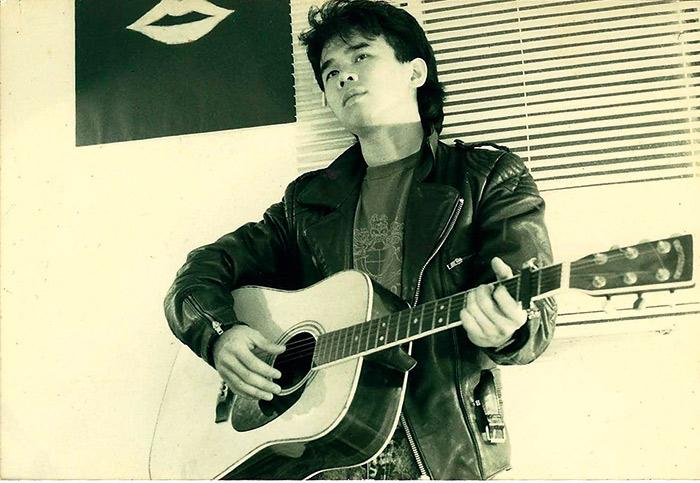 高一迷上搖滾樂的陳玉 勳,曾在大學連續兩年拿 下全校音樂比賽第二名。