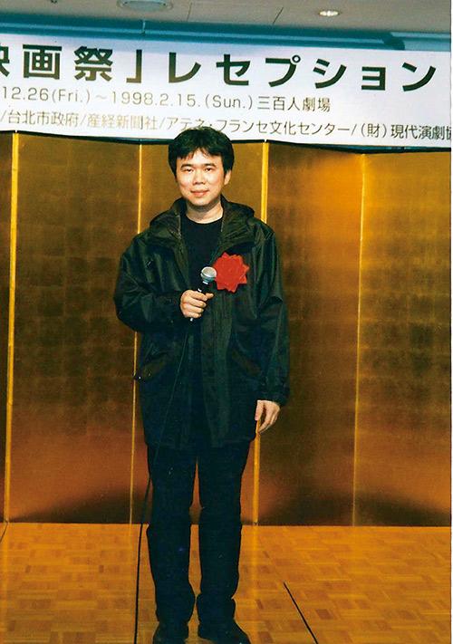 陳玉勳的靦腆表情數十年如一日,圖為 1998年在日本參加台灣電影節。