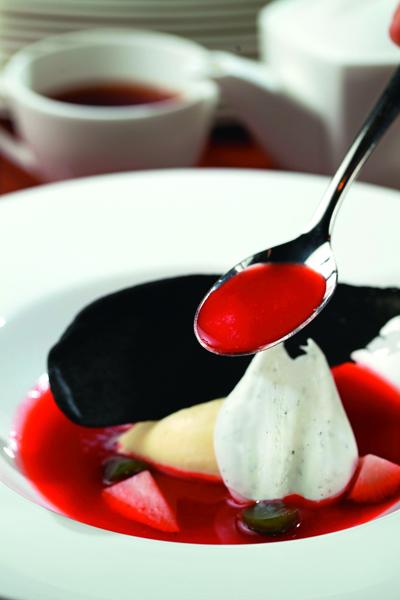 甜點「草莓湯」將草莓細打成果汁,再淋上香草冰淇 淋與蛋白餅,增添迷人風韻。