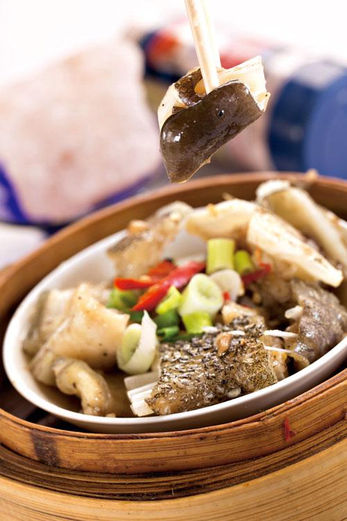 港點少見的「蒸魚雲」,是龍膽石斑魚頭切塊用海鹽醃後蒸 出,肉質細膩、膠質豐富。