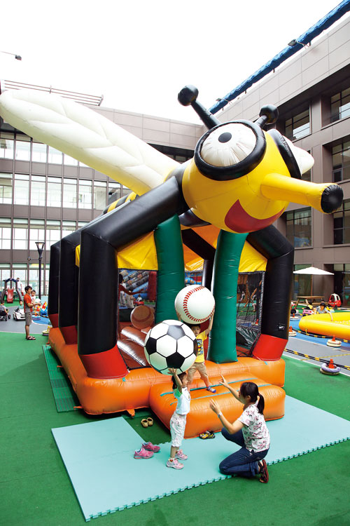 年紀小的孩子特別愛「大黃蜂跳跳床」,享受暫離地心引力的樂趣。