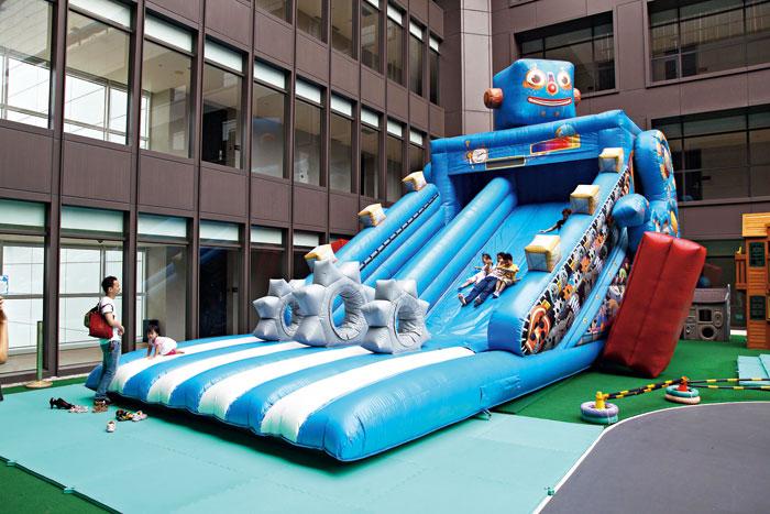 超過兩層樓高的「藍寶機器人溜滑梯」,大人小孩都愛玩。