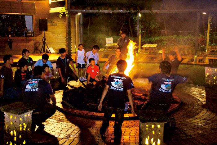 第一天晚上大家共同努力把 營火升起,成就感滿點。