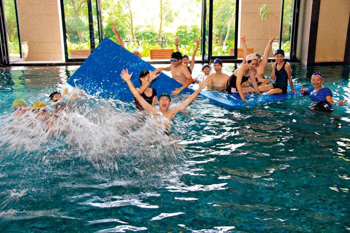 可以邀請爸媽一同加入的「 水中競技」,刺激又好玩。