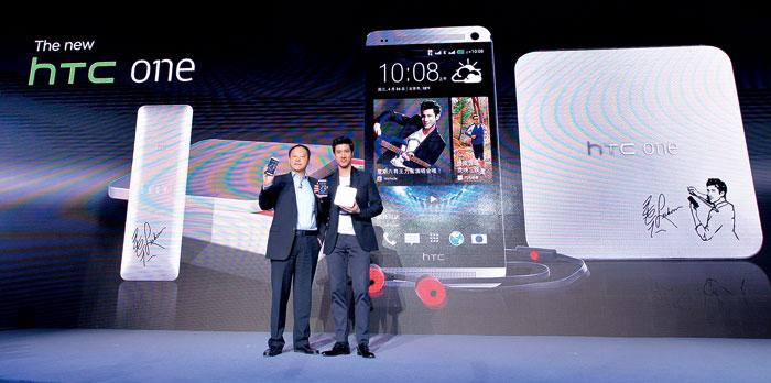 為了強化品牌知名度,宏 達電不惜重金找來王力宏 (右)擔任代言人。