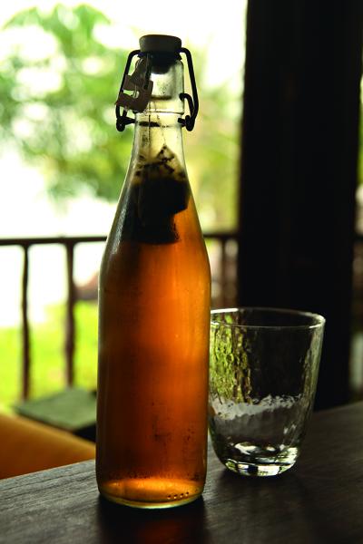 睡前將茶包放入冷水瓶中再置入冰箱,隔天便得一瓶甘 美香醇。