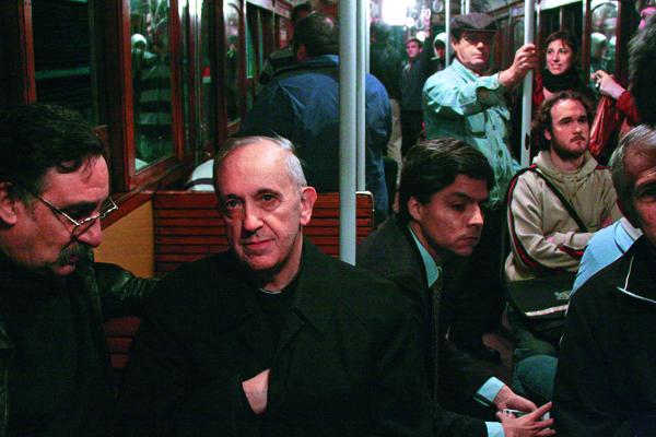 方濟各(左二)始終堅持搭公車通 勤。