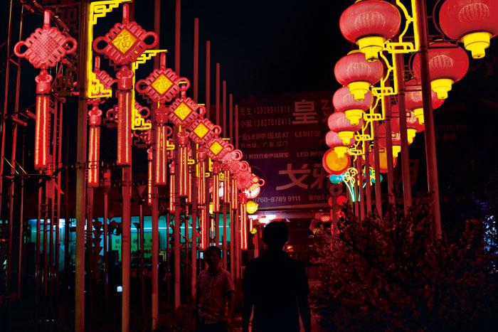 古鎮主要街道兩旁,全都擺滿各種不同造型的燈飾。