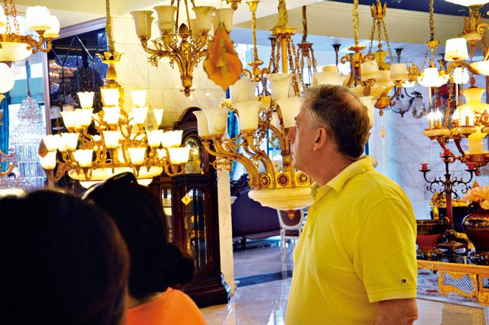 古鎮的燈飾賣場,經常可看到來自國外的採購人潮。