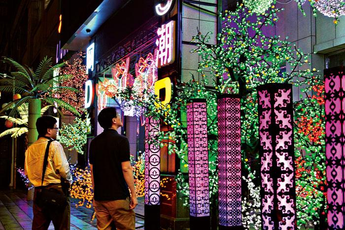 LED燈飾造型千變萬化,任何一種產品在古鎮街上都可以找得到。