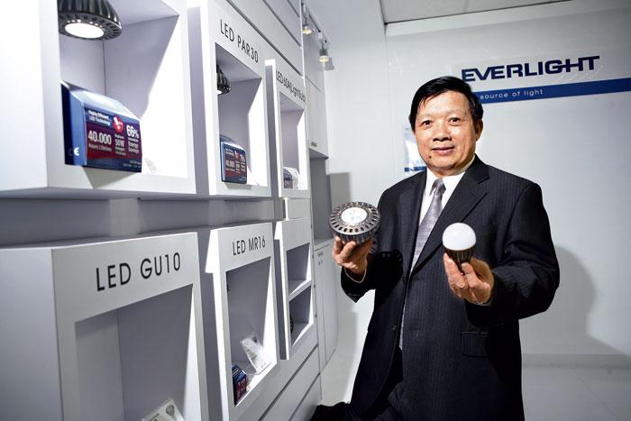 億光董事長業寅夫強打LED照明品牌,並準備迎接持續3至5年的長期抗戰。 攝影.陳永錚