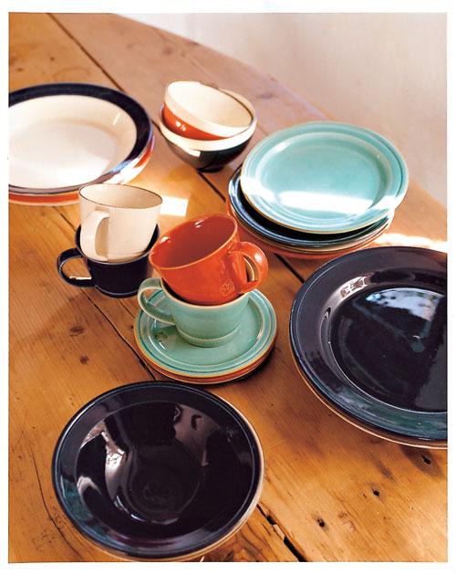 與日本知名「作山窯」共同開發的餐具,環狀色帶設計極 具簡約質感。(Afternoon Tea)