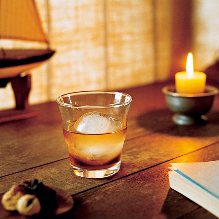 使用玻璃沏杯冷泡茶,實際補充水 分,更添視覺涼意。