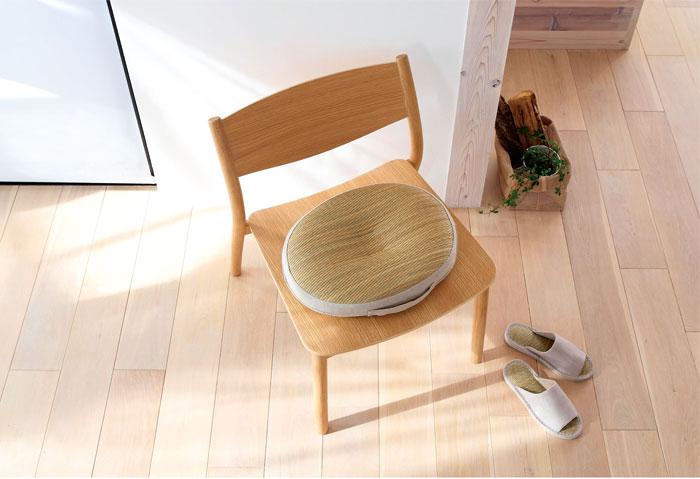 夏季使用藺草製成的各式織品,讓身 體自然降溫。(MUJI)