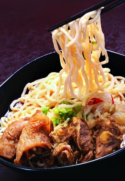 三犇的紅燒牛肉麵以兩種豆瓣醬為調味基礎,沒加醬油,顏 色不那麼沉,但湯頭味道甘醇。