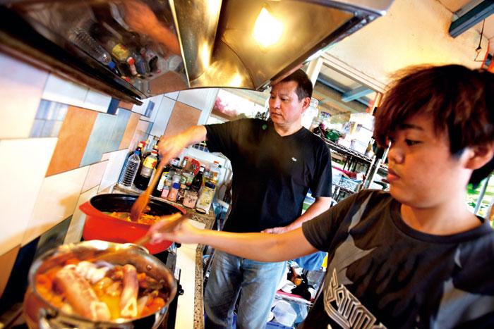 移居都蘭意外找到天賦,江冠明(左)在廚房開啟另一片天。