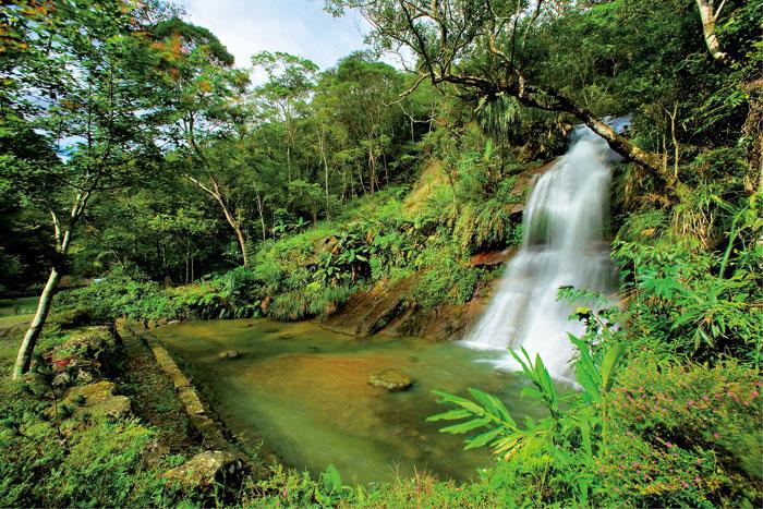 圓潭自然生態園區溪水清澈,瀑布壯觀, 宛如一幅山水畫。