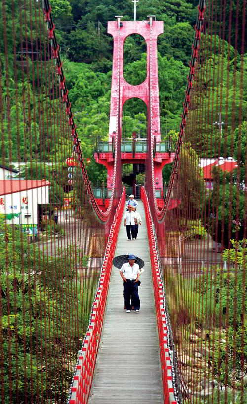 竹崎親水公園的吊橋,是民眾休閒散步的好地方。