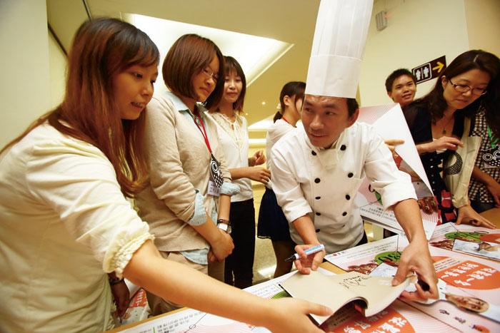吳寶春是超人氣麵包師傅,所到之處總是吸引粉絲要 求簽名。