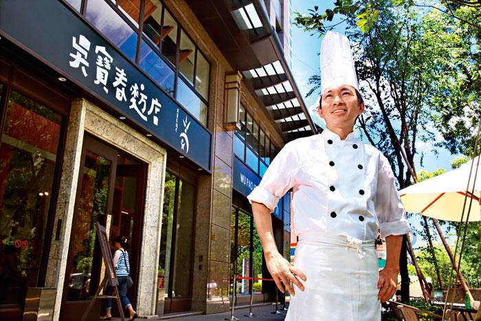 吳寶春站在自己的麵包店門口自信地說:「想變成冠軍,就要把練習成為冠軍的態度,變成一種習慣。」