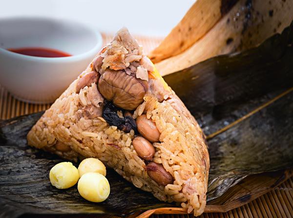鹹香中帶清甜的蓮粽,料足不顯膩。(鬍鬚張)