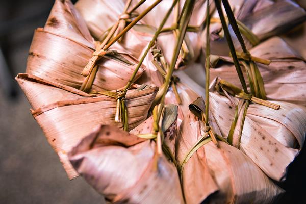 拉起一串「豬肝榮仔」的粽子,美得像朵花。